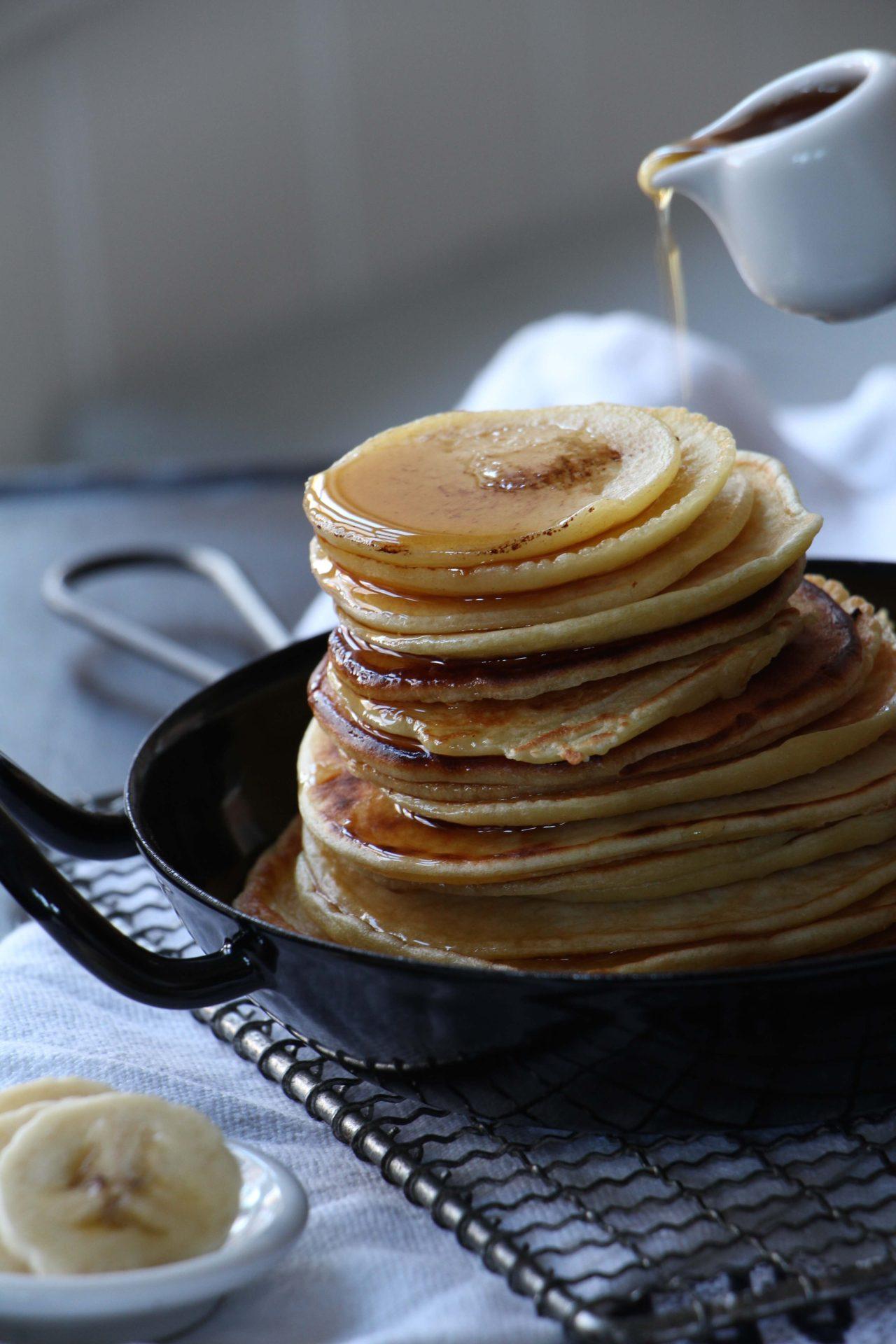 Pancakes zum Frühstück sind ganz einfach und schnell gemacht- ganz besonders lecker schmecken sie mit Banane und Ahornsirup #easy #original #banana #recipe