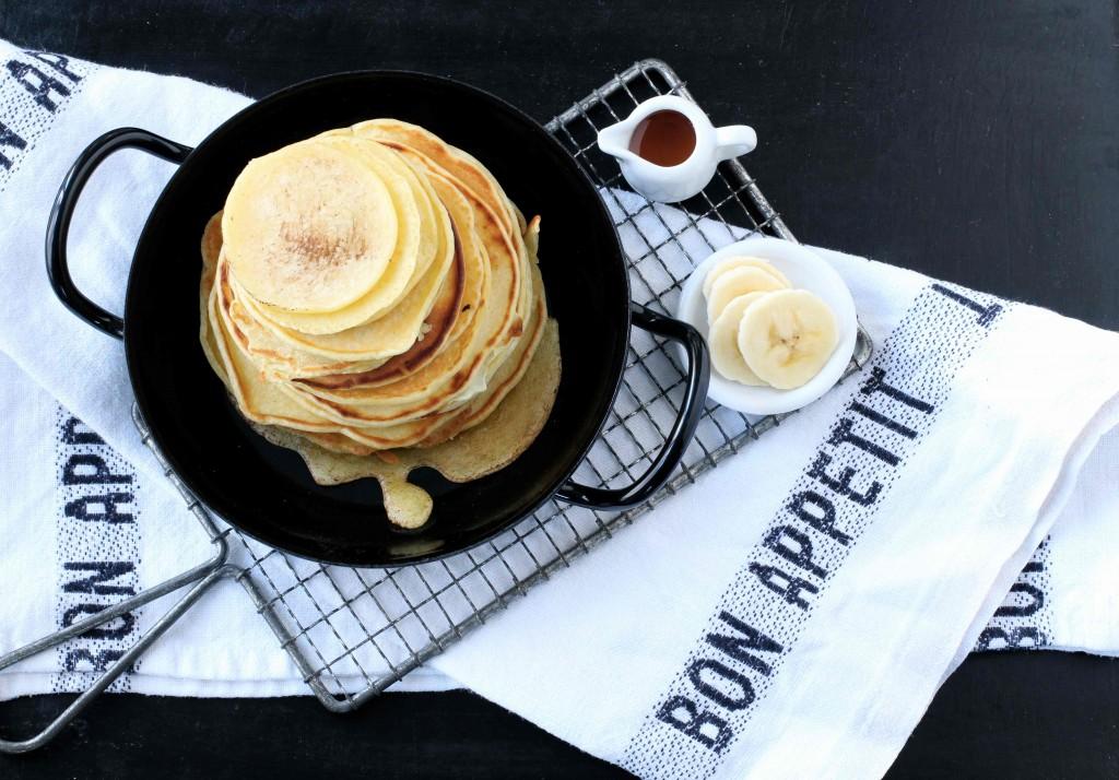 Pancakes mit Frucht und Ahornsirup