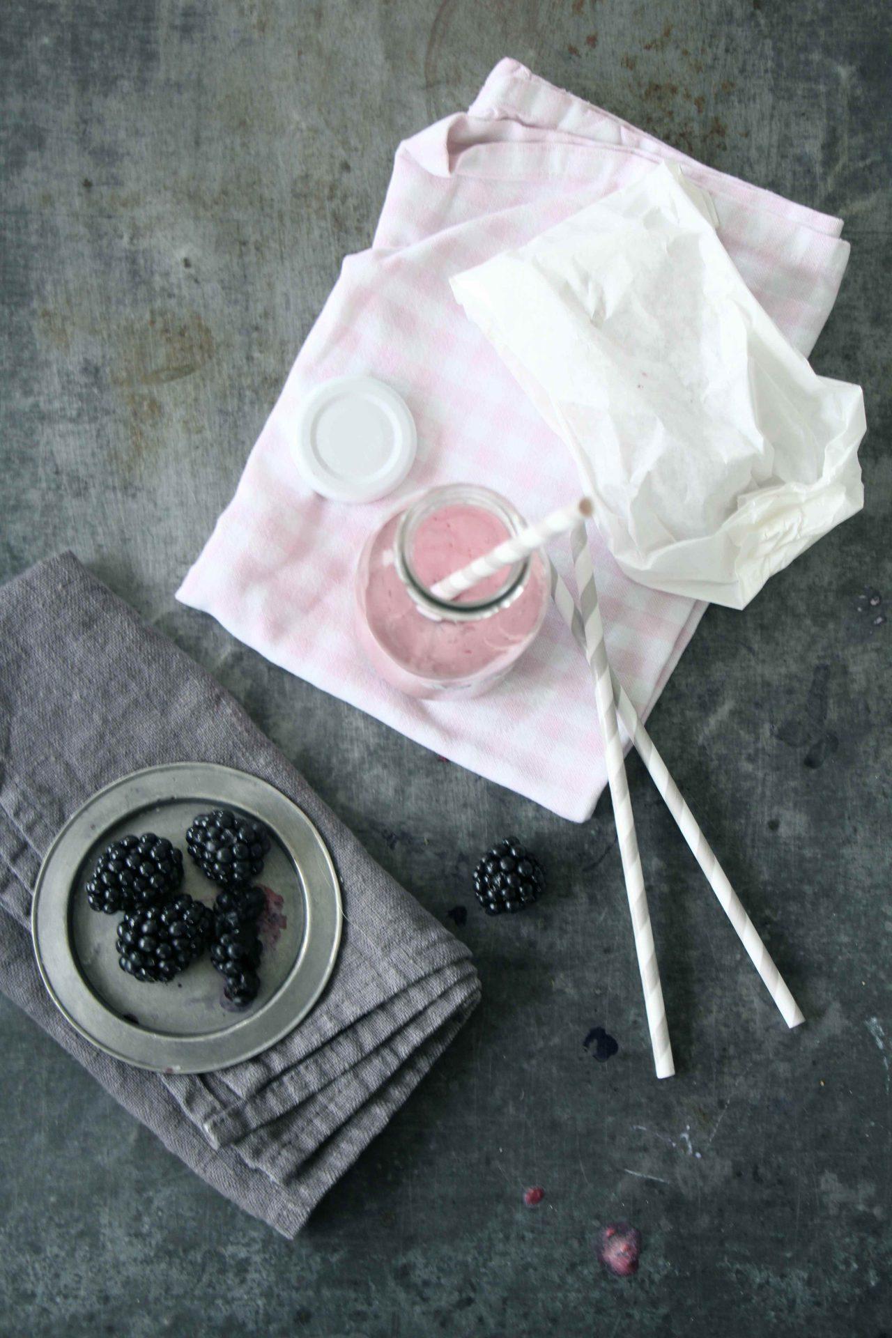 Smoothie Rezept mit frischen Beeren: einfach, schnell, lecker #frühstück #frühstückimbett #smoothie #beeren #rezepte #einfach #schnell #lecker
