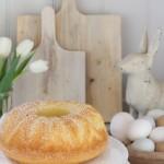 Eierlikörkuchen zu Ostern - super saftig, fluffig und schnell gemacht. #eierlikörkuchen #ostern #eierlikör #backen #guglhupf #napfkuchen #eierlikörguglhupf