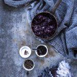 Rotkohl mit Apfel und Johannisbeergelee: einfach & köstlich #rotkohl #weihnachtsrezepte #weihnachtsmenue #rezept #rotkohlrezept #rotkohlmitapfel #einfach #deeskueche
