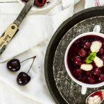 Kirschsuppe mit Grießklößchen - so einfach geht's! #Sommer #Kirschen #fruchtsuppe #kirschsuppe