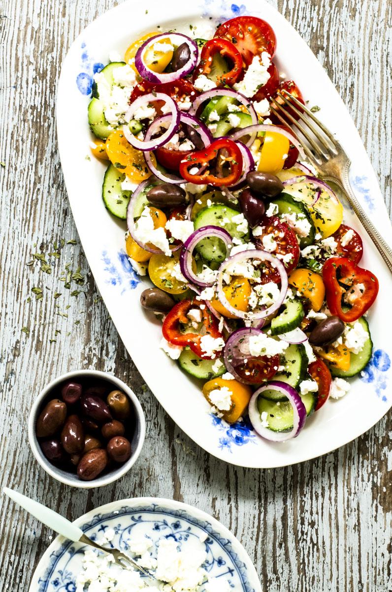 Griechischer Salat mit Schafskäse: so einfach. so lecker! #sommerküche #rezepte #griechischersalatmitschafskäse #salat #gesunderezepte
