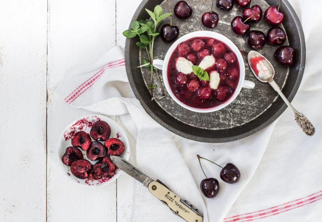 Hauptspeise im Sommer: Kirschsuppe mit Grießklöschen