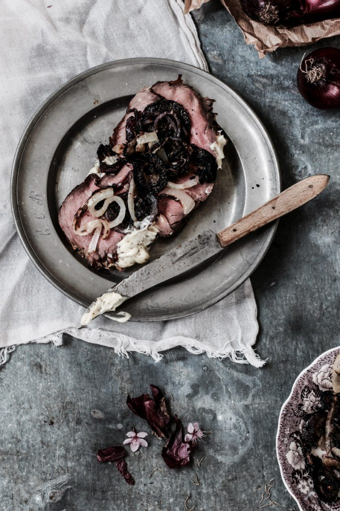 Roastbeef mit Remoulade und gebratenen Zwiebeln