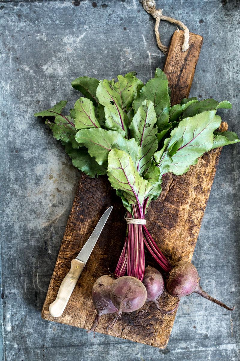 Rote Bete Salat mit Spinat, Feta und gerösteten Pinienkernen