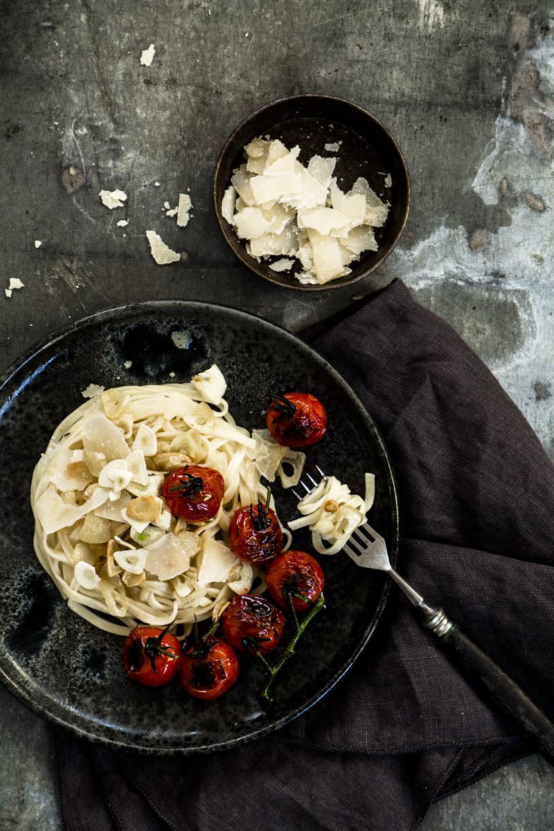 Spaghetti mit Knoblauch, Tomate und Frischkäse