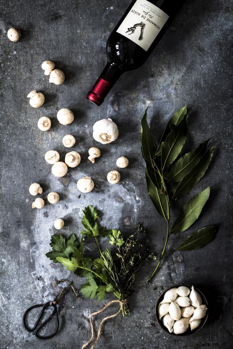 Pilze, Zwiebeln, Kräuter, Rotwein   Zutaten für Coq au Vin