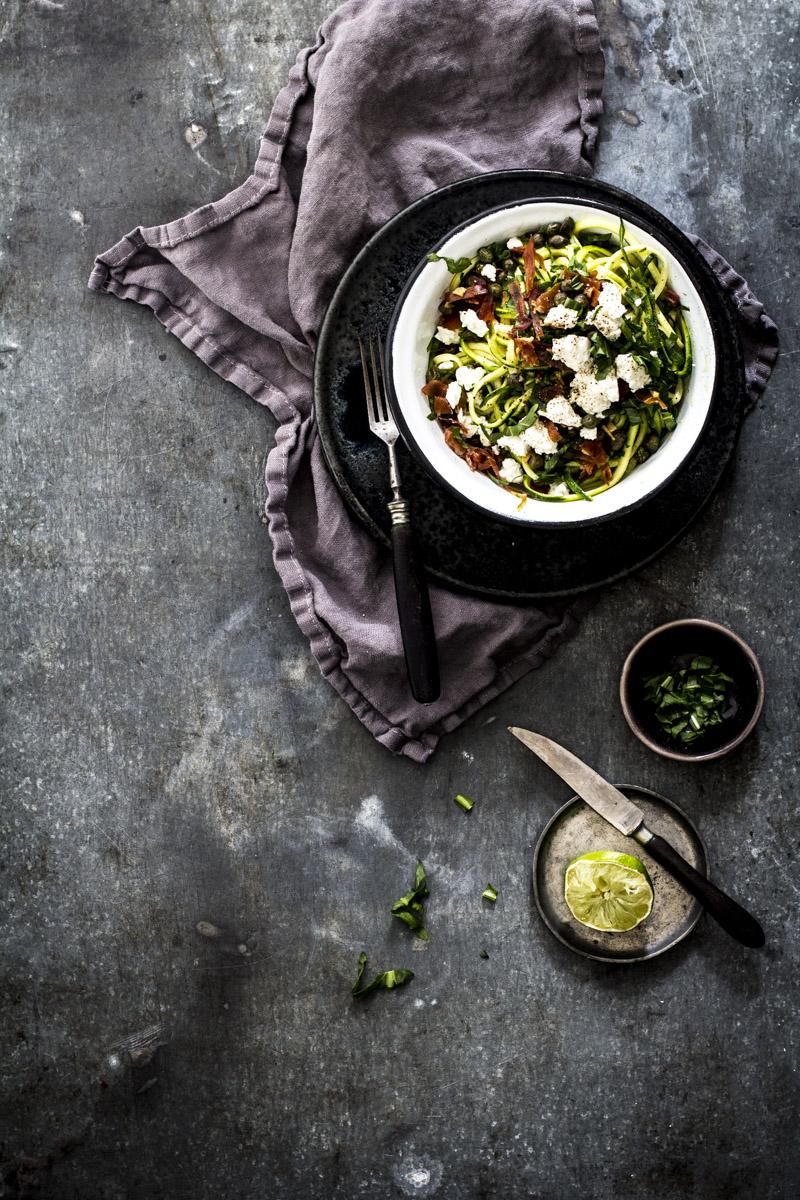 Zucchininudeln selber machen: mit rauke, Feta und einem Spritzer Zitrone
