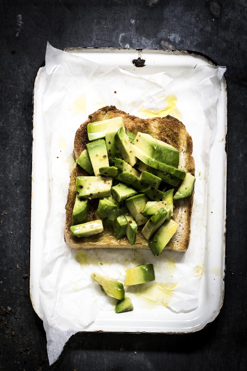 Avocado Toast mit Chiliflocken und Limonensaft