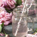 Ideal zum Valentinstag: Rosenblütensirup ganz einfach selber machen