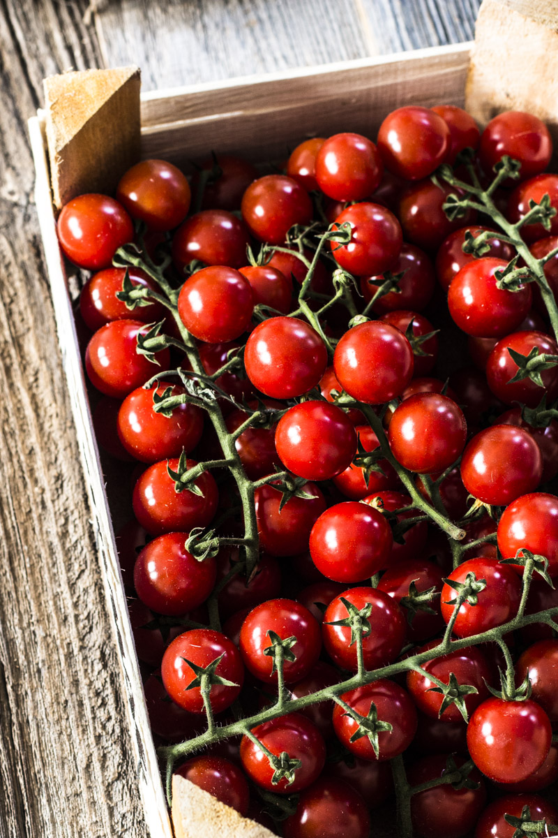 Caprese Rezept: Mozzarella mit warmen, geschmolzenen, karamellisierten Tomaten, Knoblauch und Pinienkernen
