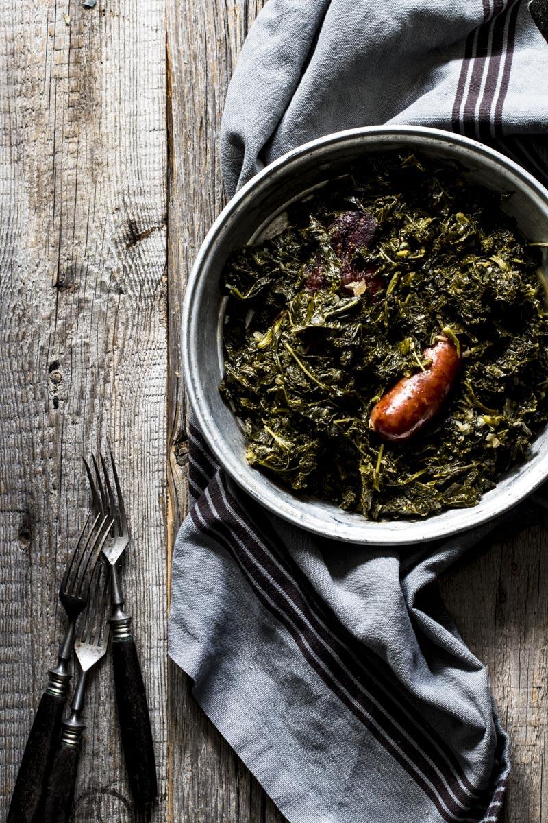 Grünkohl Rezepte: Das heimische gesunde Superfood schmeckt vegetarisch, als Eintopf, Salat, Auflauf, Suppe oder ganz klassisch mit Kassler und karamellisierten Kartoffeln