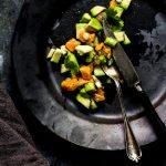 Lachstatar mit Avocado ist schnell gemcht, äßt sich gut vorbereiten und ist eine ideale Vorspeise für ein Weihnachtsmenue
