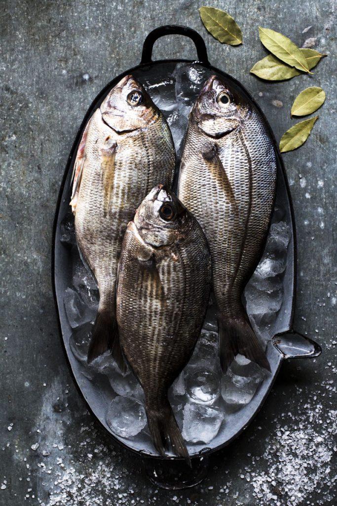 Dorade im Salzmantel: Im Ofen gegart ein leichter Genuß - so einfach geht's #Fisch #Dorade #Ofen #Rezept
