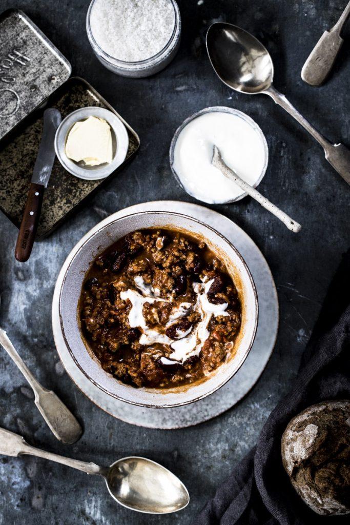 Chili con Carne mit Rinderhack: Die Klassiker gelingt jedem, läßt sich gut vorbereiten und und eignet sich prima für viele Gäste. So einfach geht's...