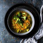 Linseneintopf ist ein Klassiker an kalten Tagen. Hier ehts zum Rezept mit Roten Linsen, Kokosmilch und Curry #Eintopf #Linseneintopf #Rezept #Winterküche