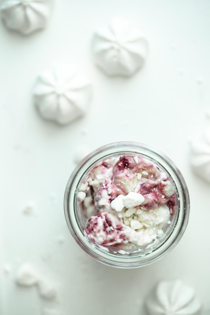 Sommerdessert: Eton Mess mit gefrorenen Himbeeren #Etonmess #sommersessert #dessertimglas #dessert #himbeeren