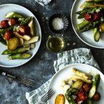 gebratener Spargel mit geschmolzenen Tomaten, krossen neuen Kartoffeln und gehobeltem Parmesan - einfach, schnell und lecker!