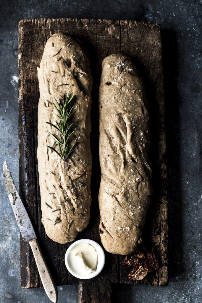 Brot backen mit Hefe: ein ganz unkompliziertes Rezept, dass Du mit Kräutern, Gewürzen, Nüssen oder getrockneten Tomaten vielfältig variieren kannst. #brot #brotselberbacken #gewürze #rosmarin #thymian #einfach #schnell