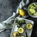 Kalte Gurkensuppe mit Avocado: so einfach, so gut, so geht's #Sommersuppe #Kaltesuppe #gazpacho #gurke #avocado #einfach #rezept
