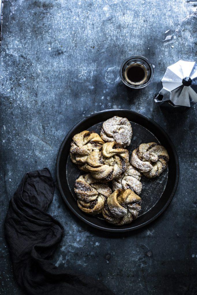 Zimtknoten einfach selber backen #zimtschnecken #cinnamonrolls #hefegebäck #gebäck #kanelbullar #kanelknutar #zimtknoten #frühstück #weihnachtsbäckerei #rezept #einfach