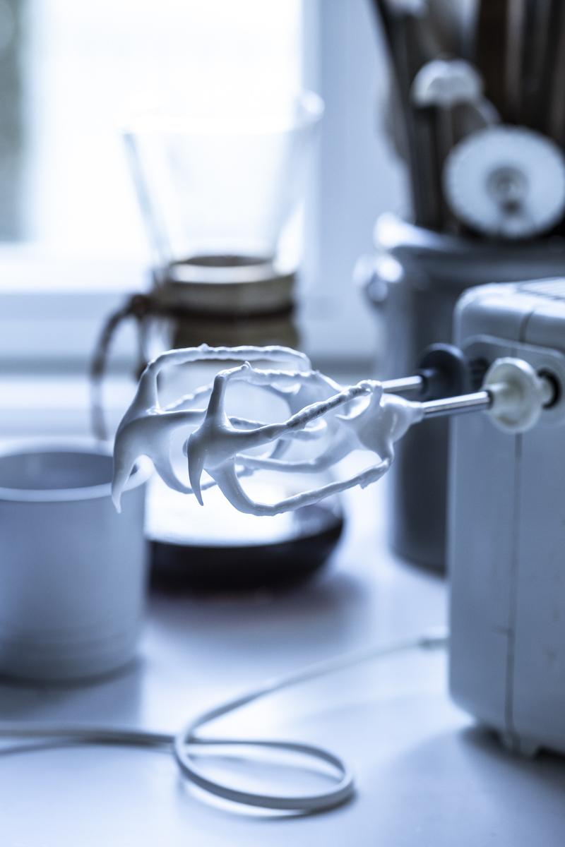 Mini Pavlova mit Joghurt und Granatapfelkernen- so einfach geht's! #pavlova #minipavlova #dessert #meringuedesserts #weihnachtsdessert #einfach #easy #rezept # dessert #australien #erdbeeren
