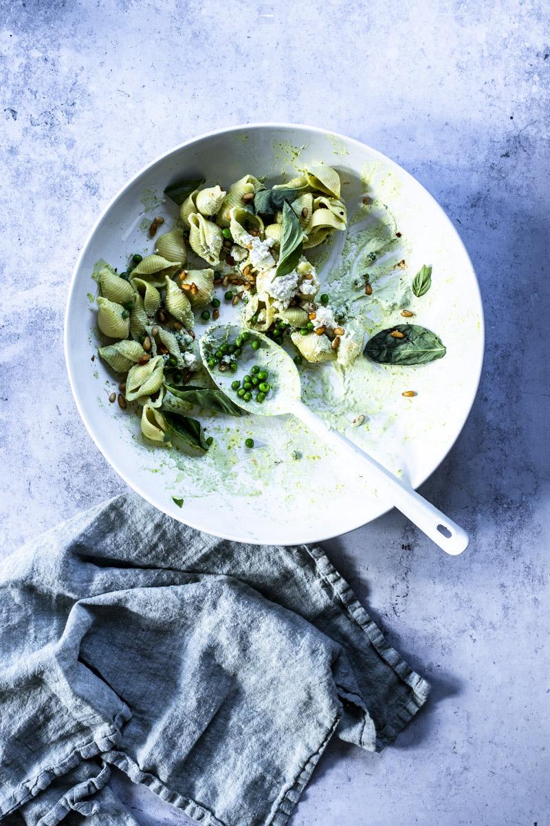 Conchiglie mit Joghurt, Erbsen und Schafskäse #pasta #einfach #rezept #vegetarisch #feta #chili