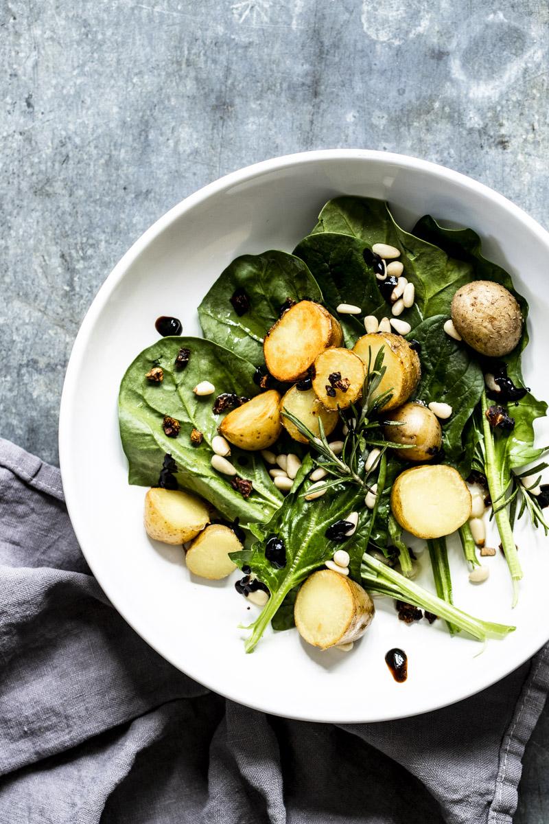 Ofenkartoffelsalat - lauwarm mit Rosmarin und getrockneten Tomaten #salat #kartoffelsalat #ofenkartoffelsalat #kartoffeln #vegetarisch