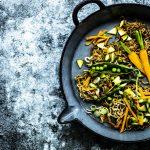 Gebratene Asia-Nudeln mit Gemüse: einfach, lecker und in 20 Minuten auf dem Tisch #asianudeln #einfach #vegetarisch #schnell #gebraten #erdnuss #gesund #garnelen #rindfleisch #huhn