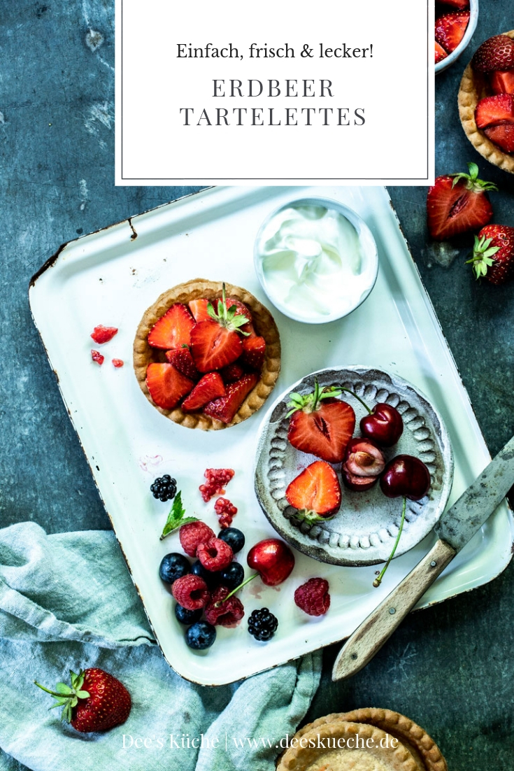 Erdbeer Tartelettes: Knackiger Mürbeteig, cremige geschlagene Mascarpone und frische Erdbeeren - so schmeckt der Sommer! #sommer #tartelettes #minitartelettes #erdbeeren #gebäck #erdbeerkuchen