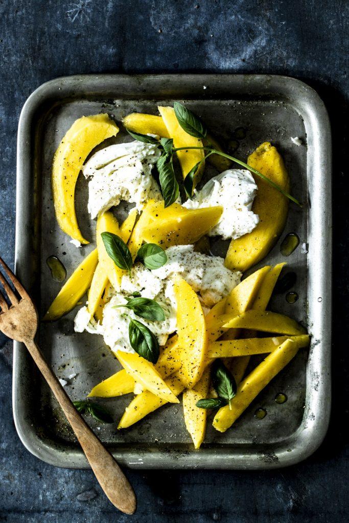 Mango-Mozzarella-Salat mit Basilikum ist ein erfrisched leichtes Sommergericht #rezept #mangomozzarella #mangocaprese #caprese #einfach #sommergericht