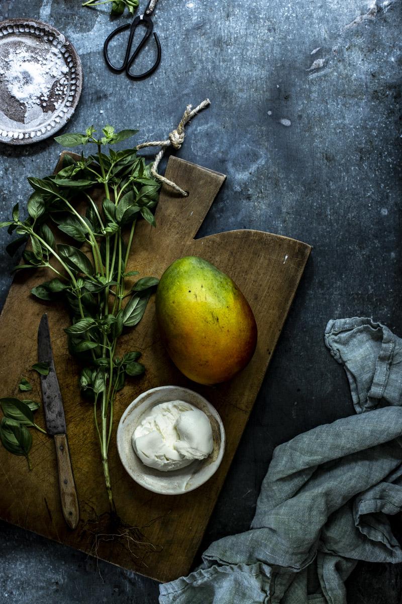 Mango Mozzarella Salat ist ein leichtes Sommergericht und in 10 Minuten auf dem tsich #rezept #einfach #mango #mozzarella #mangomozzarellasalat