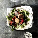 Falafel Rezept aus gekochten Kichererbsen mit Joghurt-Schafskäse-Dip: so einfach geht's #einfach #rezept #gesund #arabisch #mitdip #kichererbse #kichererbsenmehl #libanesisch #pfanne #klassisch #gesund #schnell