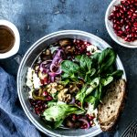 Einfacher Feldsalat mit Walnuessen, Granatapfelkernen und Feta mit köstlich cremigem Honig-Senfdressing #salat #wintersalat #feta #schafskäsesalat #granatapfelkerne #rezept #einfacherezepte