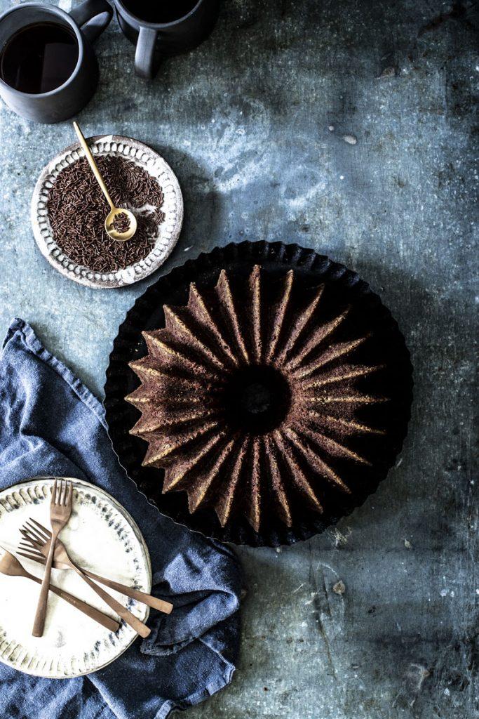 Einfacher Schokoladenkuchen mit Mandeln - saftig und ganz einfach gemacht! #backen #schokoladenkuchen #guglhupf #rezept #schokolade #einfach