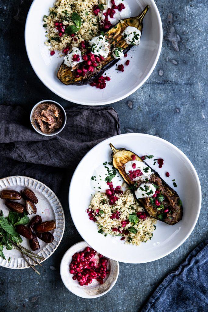 Gebackene Auberginen mit Granatapfelkernen, Dattelmus, Joghurt, Minze und pikantem Couscous - so einfach geht's #vegetarisch #vergetarischerezepte #rezepte #einfach #auberginen #ofengericht #datteln #ohnezucker