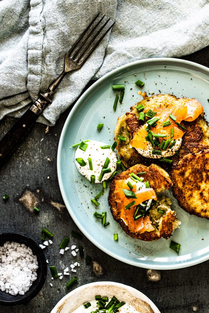 Kartoffelpuffer mit Lachs - einfach und gelingsicher! Hier geht's zum Rezept #rezept #kartoffelpuffer #mitlachs #rezepteinfach #kartoffelpuffer #reibekuchen #rezeptherzhaft #brunch #osterbrunch