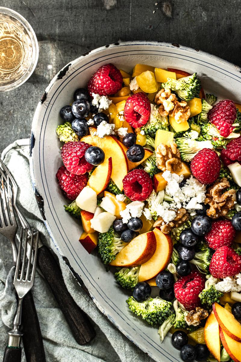Brokkolisalat mit Feta und Walnüssen #rezepte #vegan #brokkolisalat #lowcarb ##mitapfel #mitfeta #mitpinienkernen #mittrauben