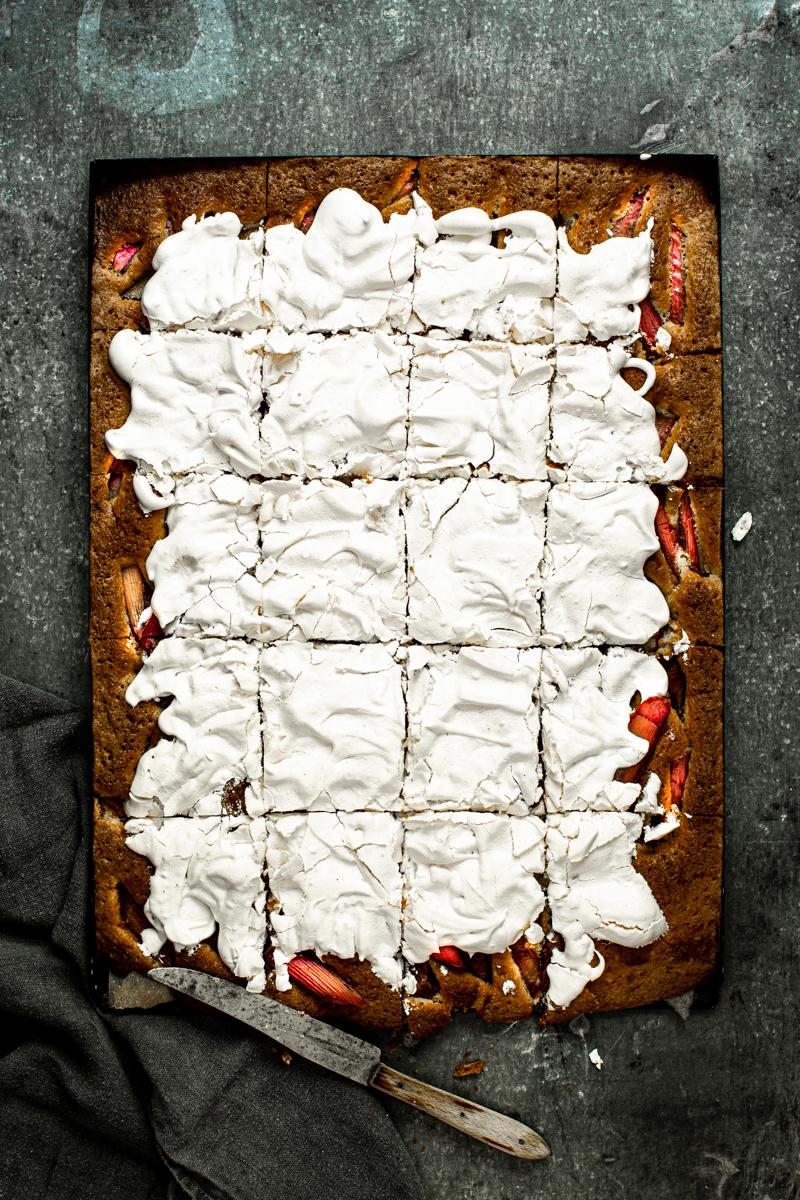 Rhabarberkuchen mit Baiser- so einfach geht's! #rhabarber #rhabarberrezepte #backen #rhabarberkuchenmitbaiser #mitbaiserhaube #blechkuchen #rezept #einfach #rührteig