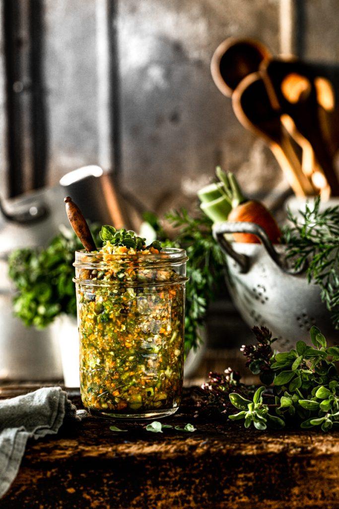 Gemüsesebrühe selber machen - eine schnelle Alternative für den fertigen Brühwürfel und eine prima Resteverwertung für übrig gebliebenes Gemüse #Resteverwertung #nachhaltig #rezepte #gemüsepaste #vegetarisch #vegan #einfacherezepte