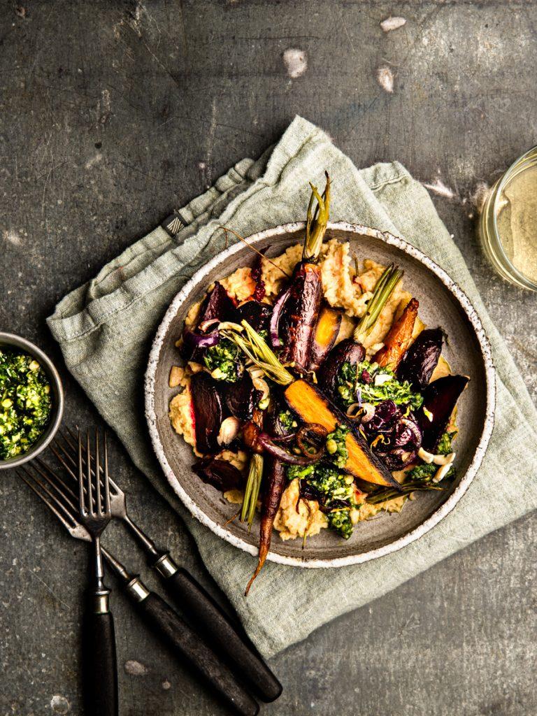 Ofenkarotten mit Hummus, karamellisierten Zwiebeln und Petersilienpesto #hummus #ofengemüse #ofengericht #einfachesrezept #rezept #karotten #ofenkarotten