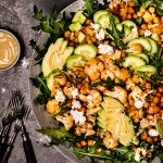 Gerösteter Blumenkohlsalat mit Kichererbsen, Avocado, Gurke, Feta und Honig-Senf-Dressing #blumenkohl #ofengericht #kichererbsen #vegetarischerezepte #veggie #vegan #salat #kichererbsensalat #blumenkohlsalat