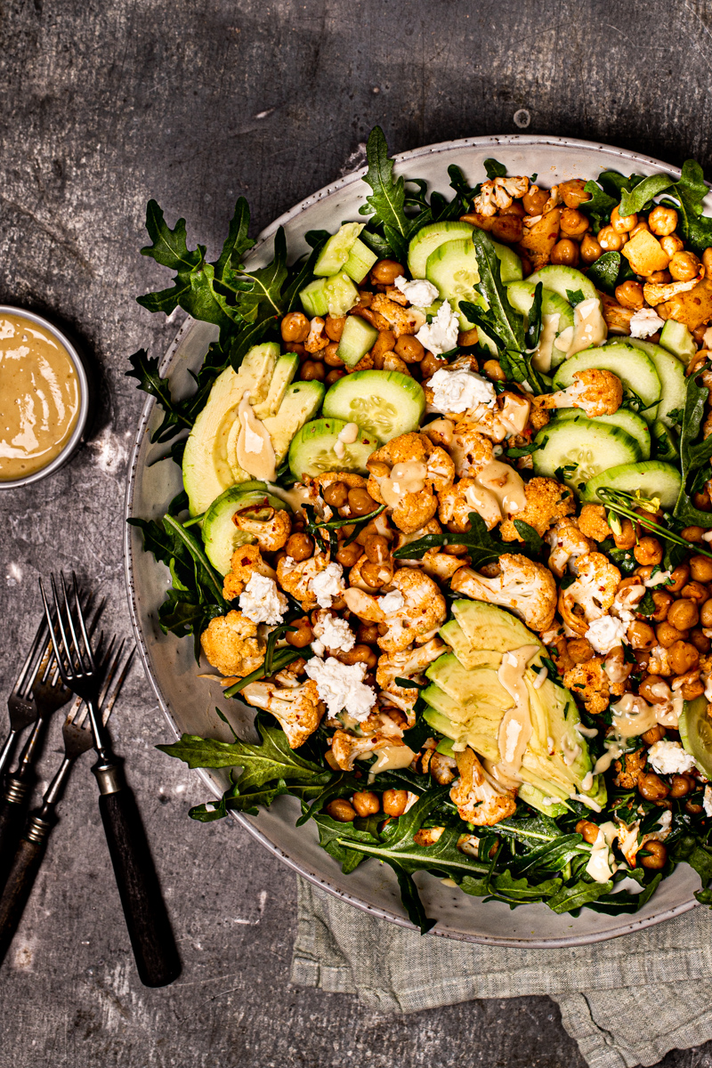 Gerösteter Blumenkohlsalat mit Kichererbsen, Avovado, Gurke, Feta und Honey-Mustard-Dressing