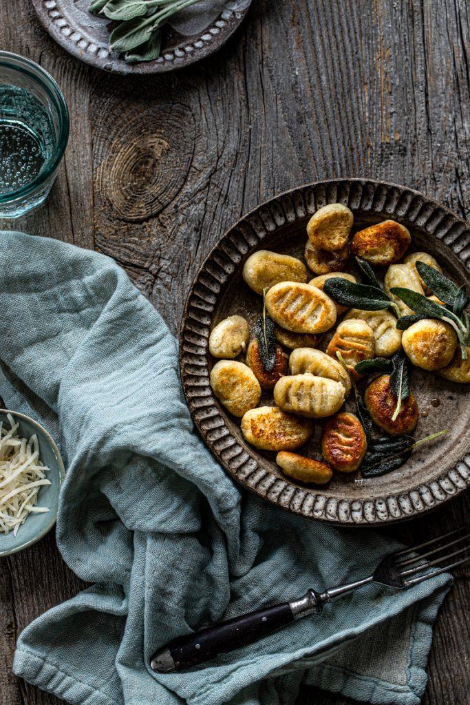 Selbstgemachte Gnocchi in Salbeibutter - so einfach geht's #gnocchi #gnocchirezept #italienisch #rezepte #einfach #kartoffeln #nocken