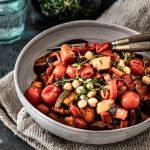 Ratatouille aus der Pfanne mit Aubergine, Tomaten, Paprika und Zucchini ist ein einfaches, gelingsicheres, schnelles, veganes und kalorienarmes Rezept mit viel frischem Gemüse und Kräutern #vegetrisch #vegan #rezept #kalorienarm #lowcarb